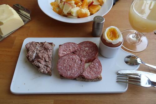 Leberwurst und Mettwurst auf Majannebrot zum Frühstücksei