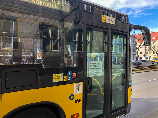 Travelling by bus in times of Corona: the front entrance cannot be used and tickets cannot be bought on board, to protect the driver from infection