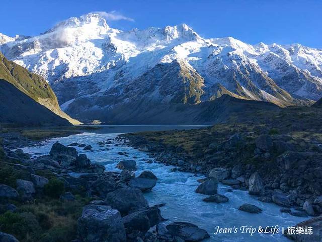 湖景跟遠眺遠方的白雪山峰每得像一幅畫