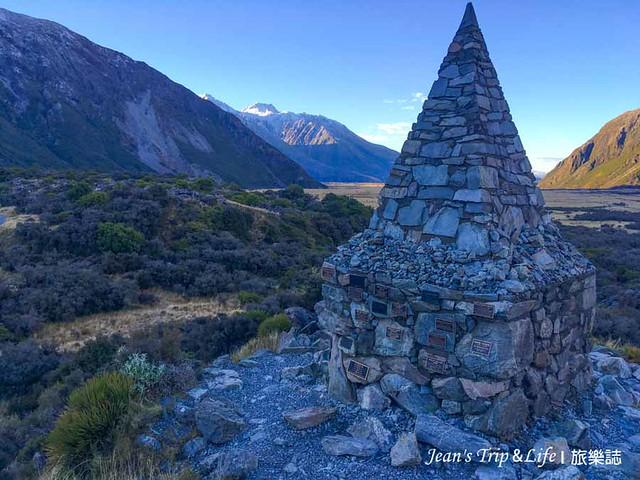 胡克山谷步道會經過阿爾卑斯紀念碑(Alpine Memorial)