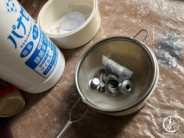 細かいパーツはザルを使って。超音波洗浄機で洗浄後に真水できれいに酸をおとします。プラスチック製品は真水で洗い、汚れがとれない場合は中性洗剤を使って汚れを落とします。