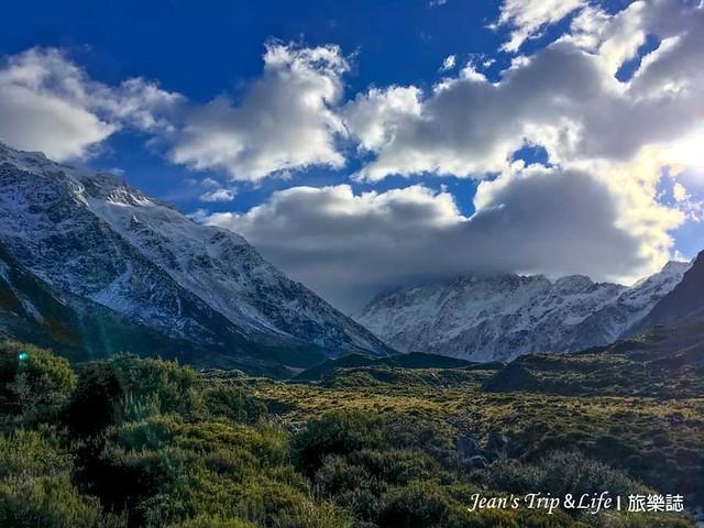 山景與草原形成一幅美麗的風景。