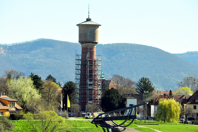 März 2020 ... Eisenbahn- und Fußgängerbrücke über den Neckar ... Blick auf Ladenburg und den Wasserturm ... Foto: Brigitte Stolle