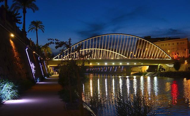 Paseo nocturno a pie por el río Segura a su paso por Murcia