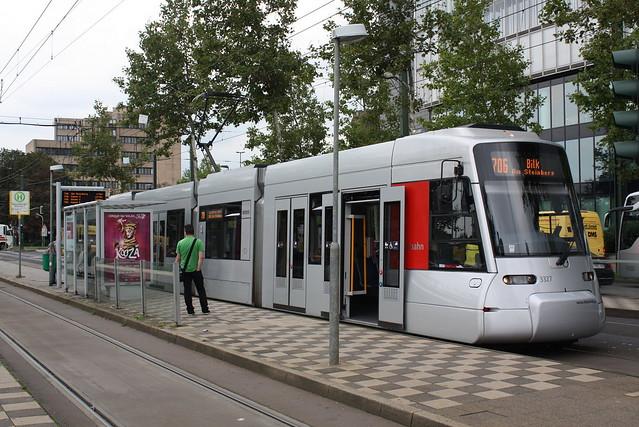 Rheinbahn: Wagen 3327 als Linie 706 nach Bilk an der Haltestelle Heinrichstraße