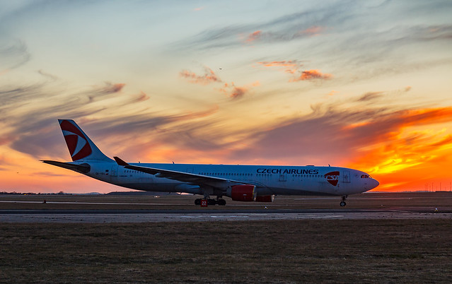 Odstavený Airbus A330-300 po západu slunce!