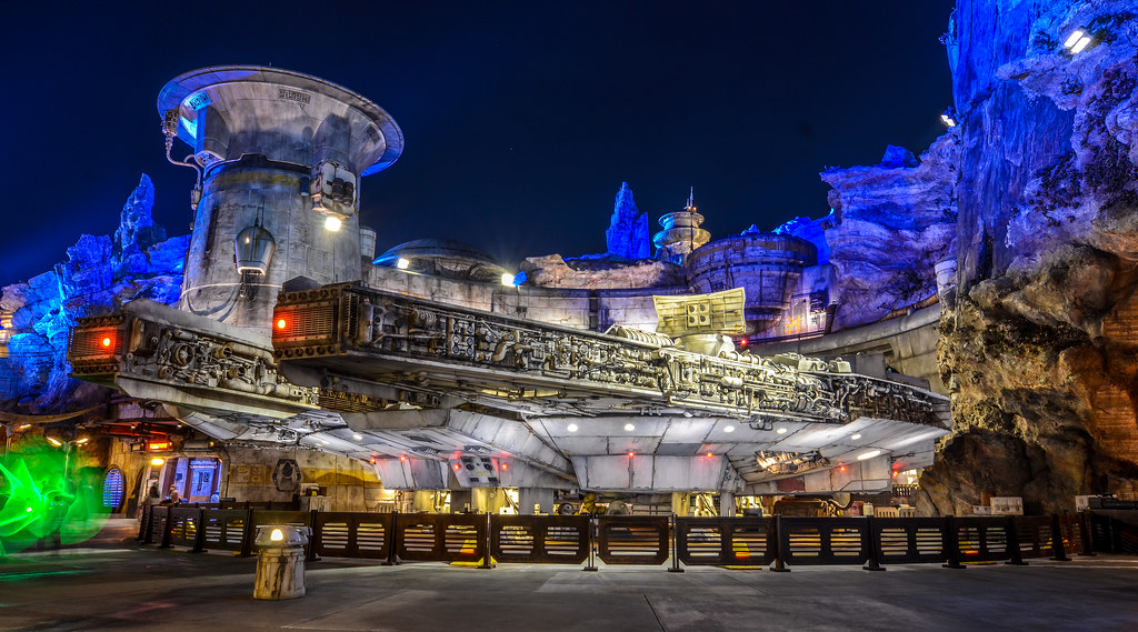SWGE Millenium Falcon green lightsabers DL