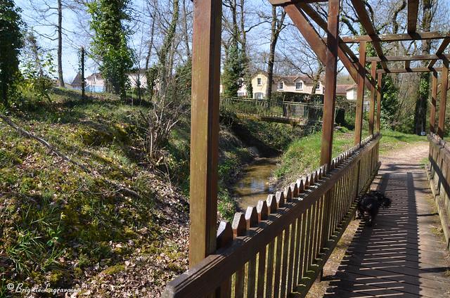Le petit pont de bois et le village de vacances déserté (Monflanquin)