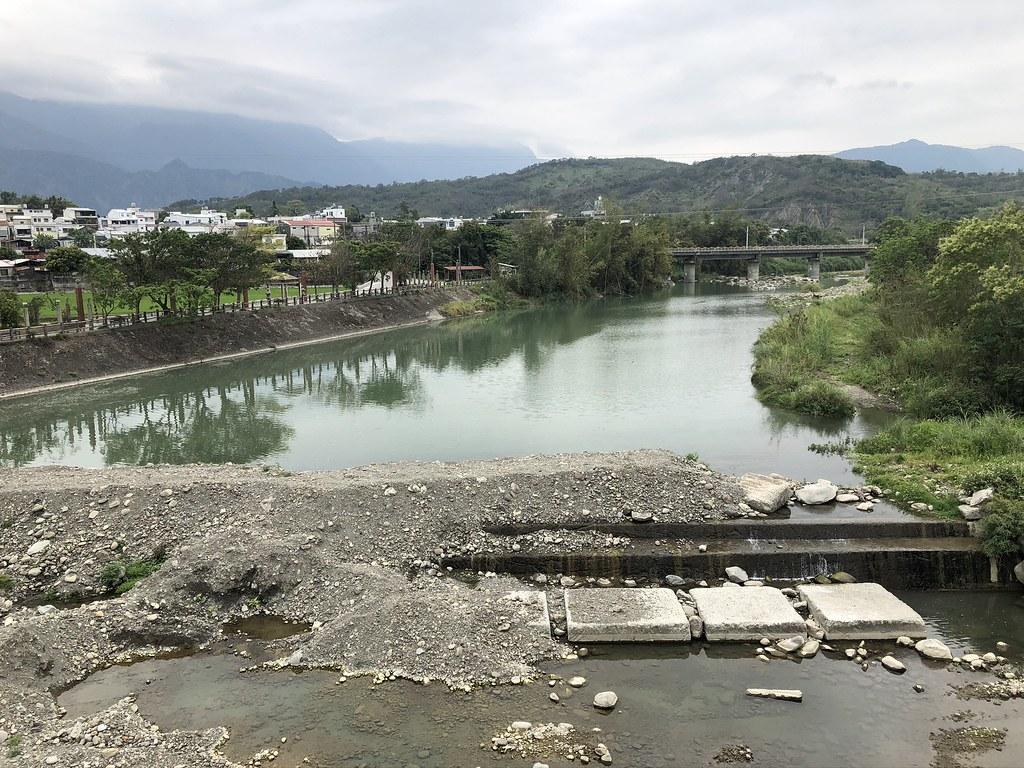從鱉溪橋往下看,就是下游往上計算的第一壩體所在,為了百分百截流,先以混凝土壩為基礎,再以土砂壩補強。攝影:廖靜蕙