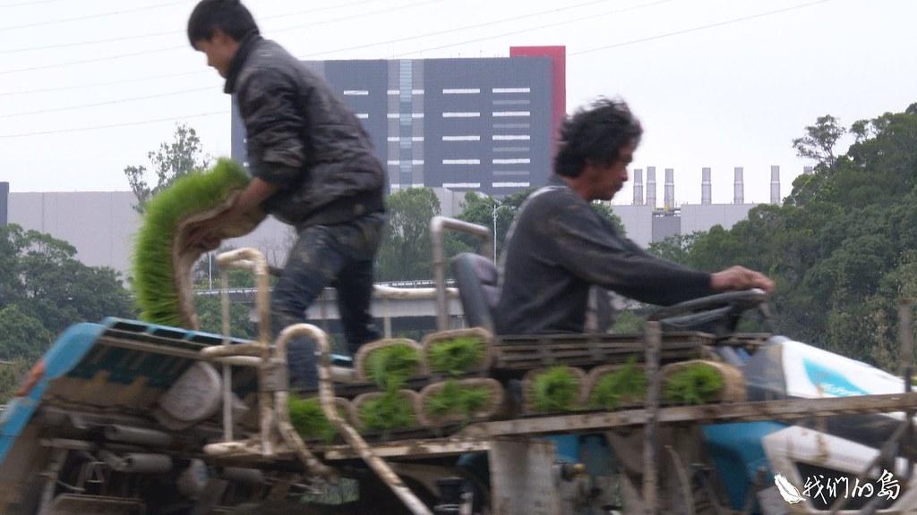 新竹科學園區科技廠房林立,距離廠房不到一公里外,卻是一幅與世無爭的農村景象。