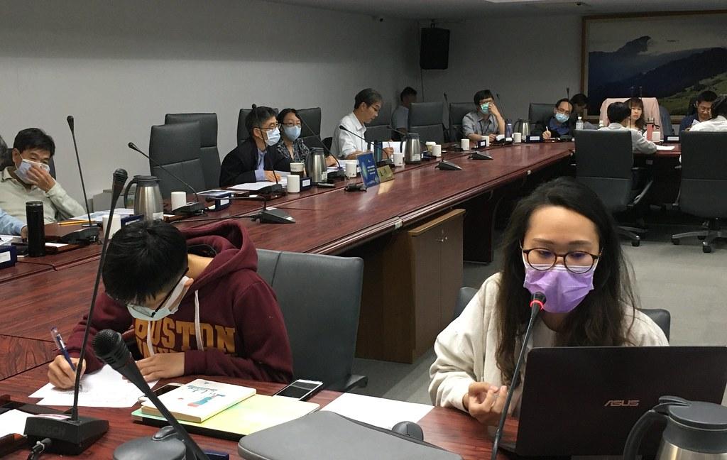 地球公民基金會專員吳沅諭(前排右)、實習生楊書容(前排左)。攝影:鄭雅云