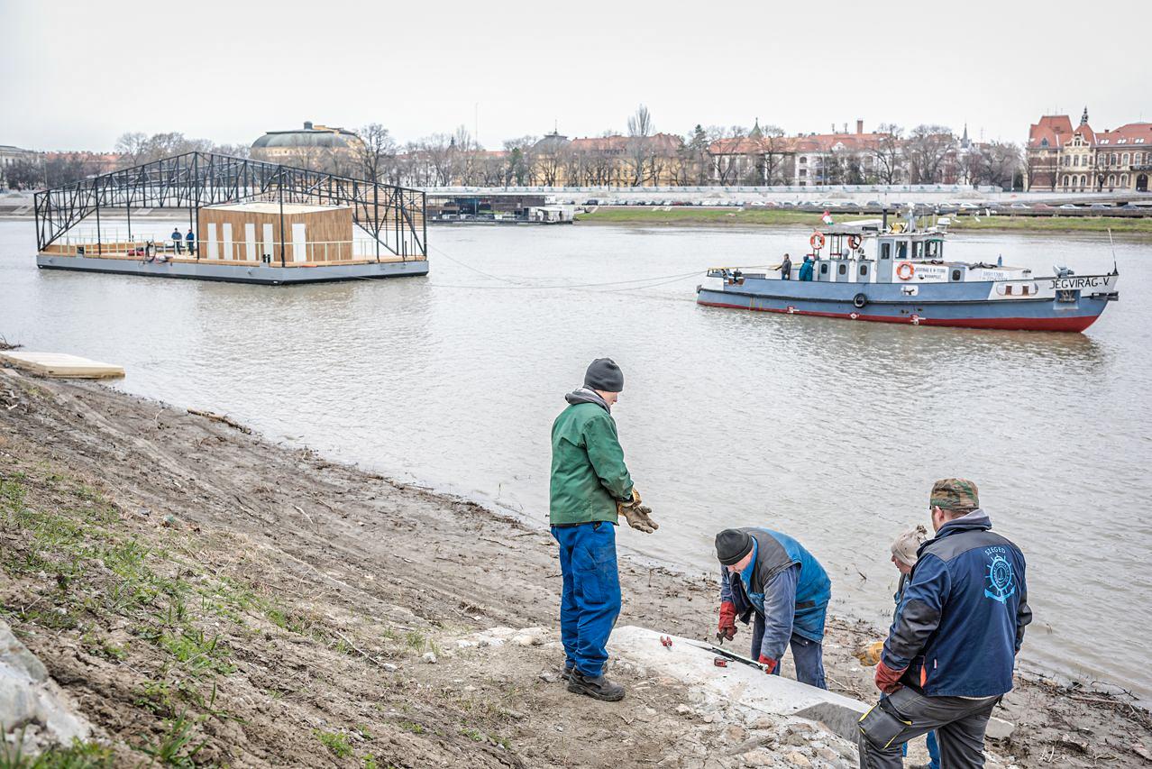 Újszeged első kishajó kikötője került a helyére ma
