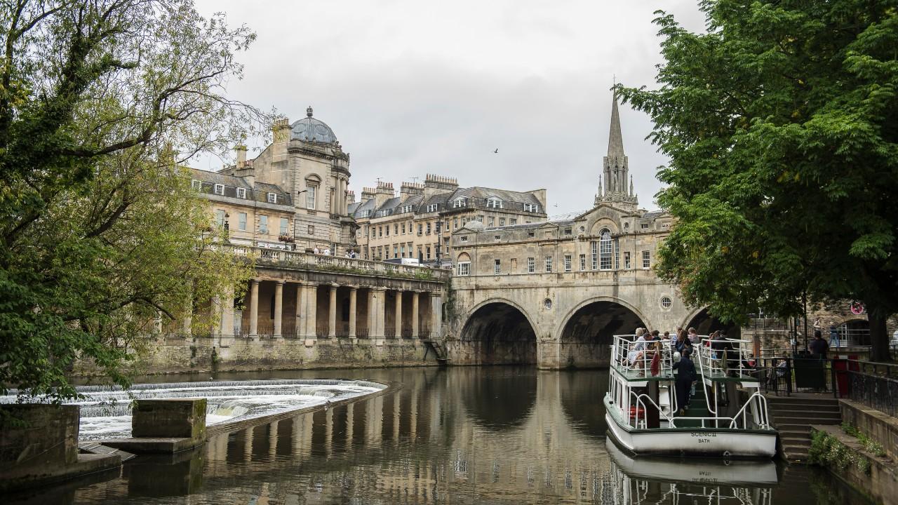 Image of the Pulteney Bridge in Bath which runs across the river Avon.