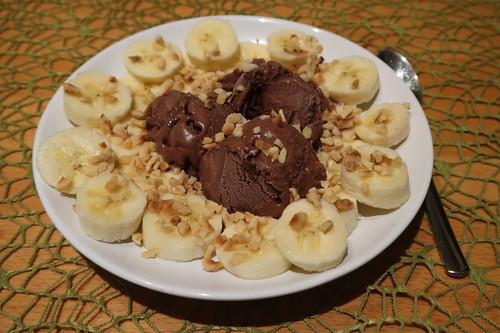 Chocolate Fudge Brownie (= Schokoladen-Eiscreme mit Schokogebäckstücken) von Ben & Jerry´s mit Bananenscheiben und Haselnusskrokant