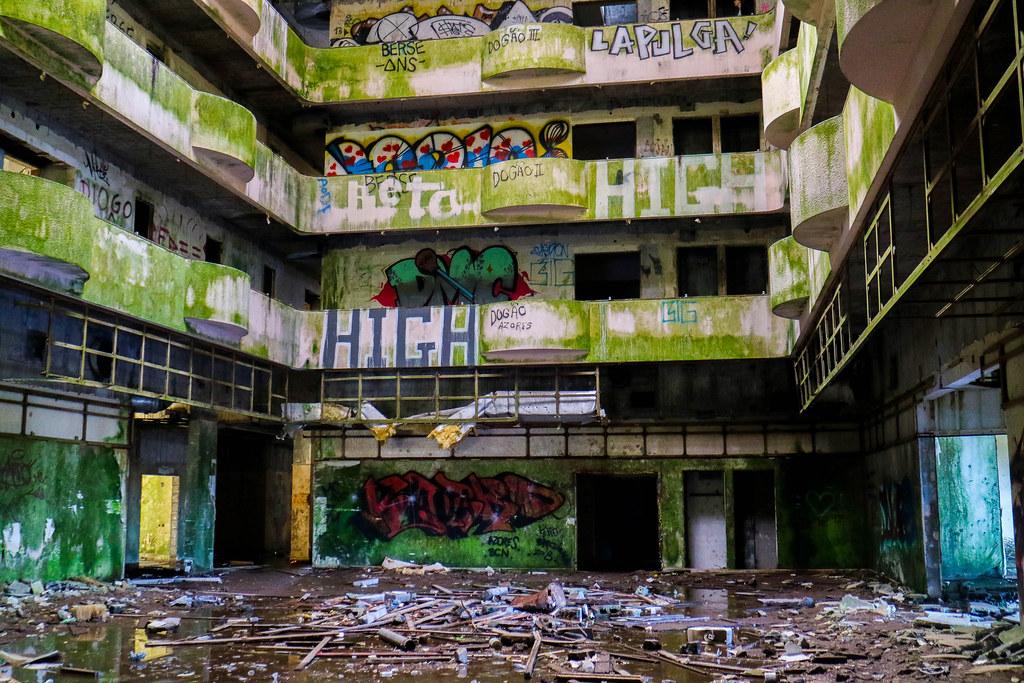 Interior del hotel abandonado Monte Palace en Sao Miguel