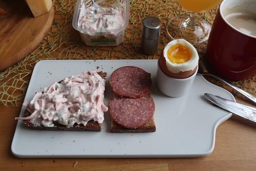 Vegetarischer Fleischsalat und Salami auf Mayannebrot zum Frühstücksei