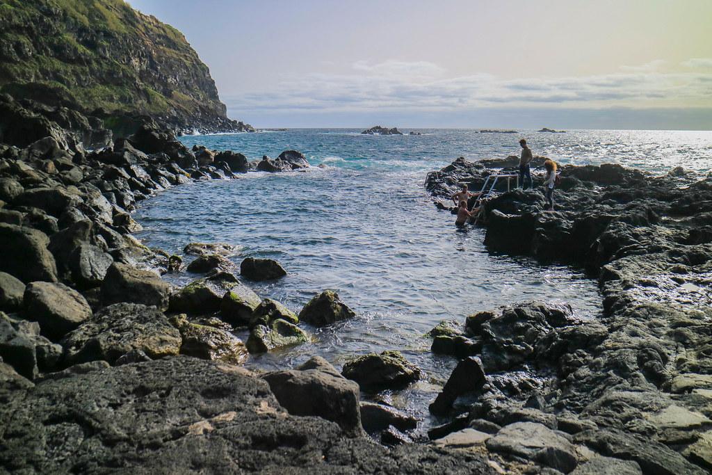 Cala termal en Ferraria donde el agua caliente se une con el agua del mar en la isla de Sao Miguel