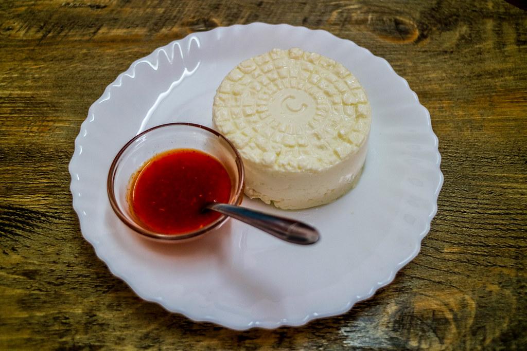Queso fresco con salsa de pimiento rojo
