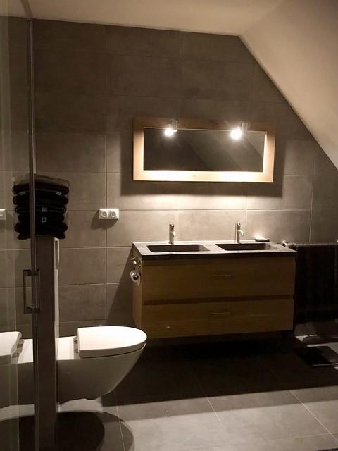 Badkamermeubel hout met spiegel en verlichting