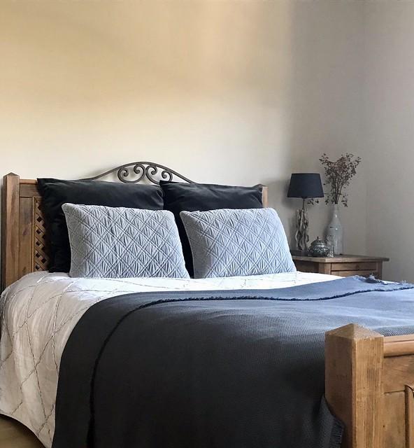 Houten bed landelijke slaapkamer