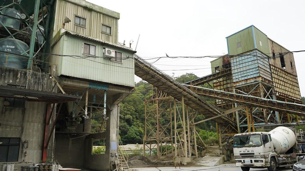 五股區鑽億預拌混凝土廠位於林口特定保護區,且未申請工廠登記,長期非法使用,影響週邊環境品質。