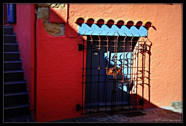 Porte bleue grillagée