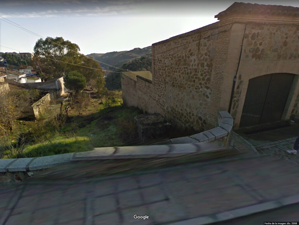 Restos de la base del monumento al cadete Almansa en la Curva del Cigarral de Caravantes en diciembre de 2008. Google Maps