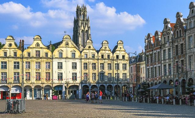 Arras, sous le soleil, avec des promeneurs