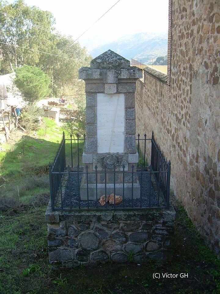 Monumento en homenaje al cadete Luis Almansa el 3 de diciembre de 2006, poco antes de ser desmontado y trasladado a la Academia. Foto de Víctor Girona.