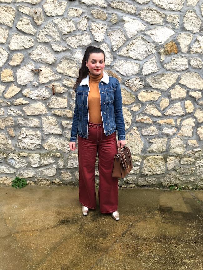 Look veste en jean moumouté, col roulé moutarde et jean wide leg bordeaux