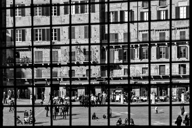 Siena. Uno scorcio di Piazza del Campo dietro le sbarre. - Siena. A glimpse of Piazza del Campo behind the bars.