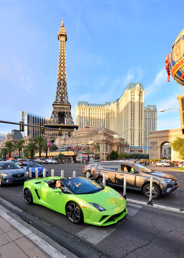 Deportivo en el Strip de Las Vegas con el hotel Paris al fondo