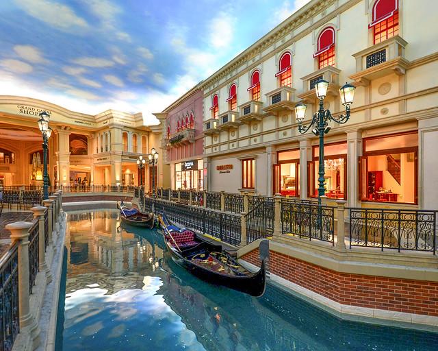 Canales con góndolas en el hotel Venecia de Las Vegas
