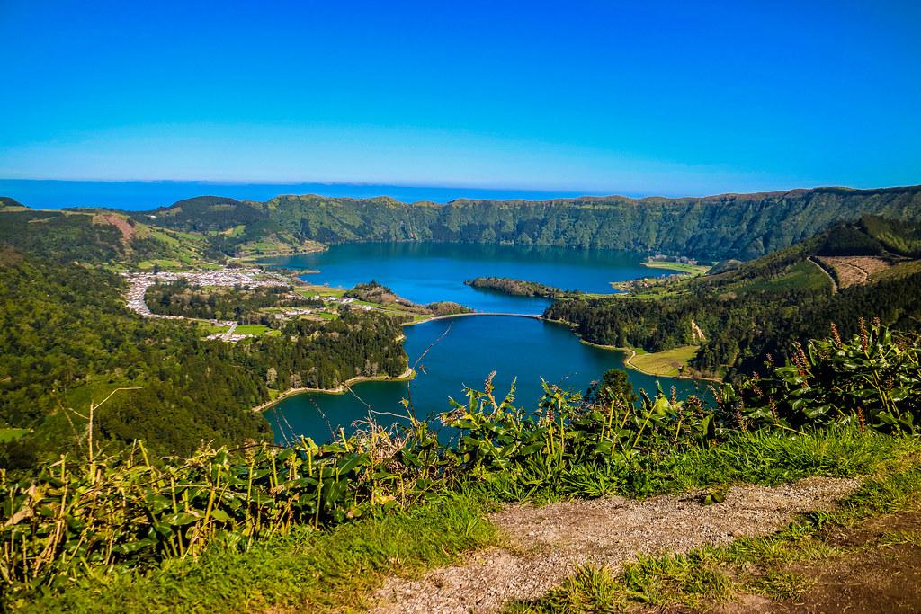 Desde la carretera cerca del mirador Vista do Rei se observan los dos lagos de Lagoa Sete Cidades