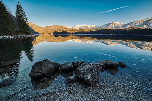 samyang 14mmf28 eosr bavaria eibsee germany morning sunrise water lake stones reflexion phototour hike mountains