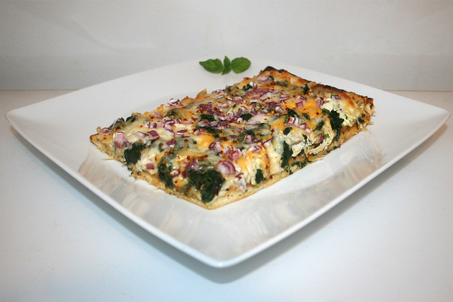 40 - Roasted garlic chicken spinach  pizza - Side view / Pizza mit geröstetem Knoblauch, Hähnchen & Spinat - Seitenansicht