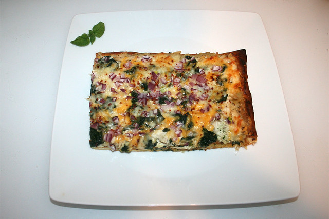 39 - Roasted garlic chicken spinach  pizza - Served / Pizza mit geröstetem Knoblauch, Hähnchen & Spinat - Serviert