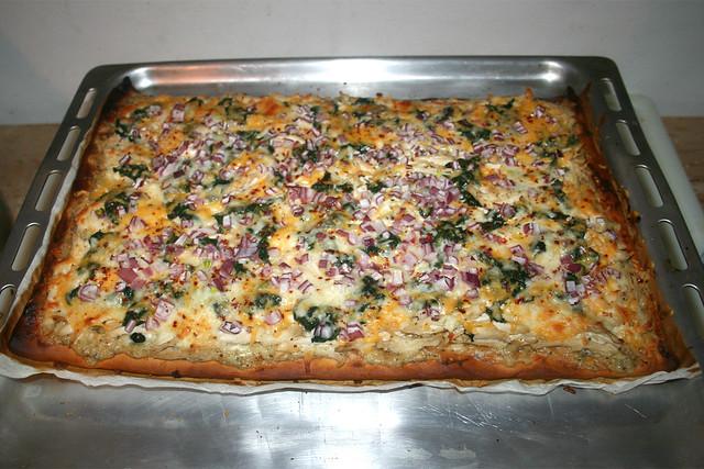 38 - Roasted garlic chicken spinach  pizza - Finished baking / Pizza mit geröstetem Knoblauch, Hähnchen & Spinat - Fertig gebacken