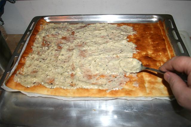 30 - Teig mit Knoblauchsauce bestreichen / Spread dough with garlic sauce