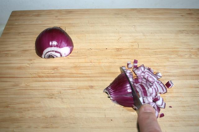 17 - Rote Zwiebel würfeln / Dice red onion