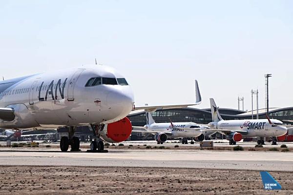 SCL estacionamiento A320 LATAM y JetSMART COVID-19 (Roberto Araya)