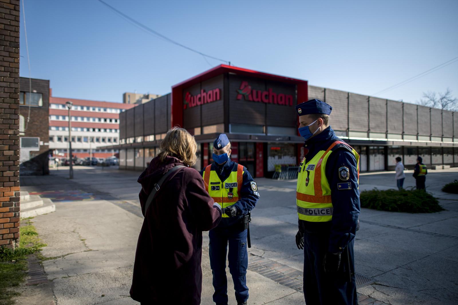 Csongrád megyében 12 esetben jártak el a rendőrök a kijárási korlátozás megszegése miatt