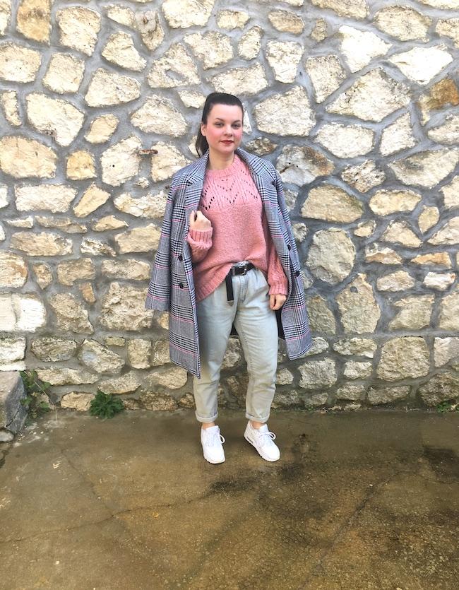 Look manteau pied-de-poule, pull en maille rose, jean mom et Nike Air Max 90