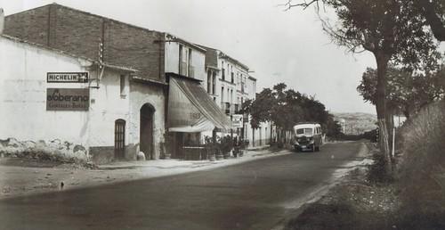 autocar davant de restaurant Els tres porrons del barri del Rebato d'Abrerapng