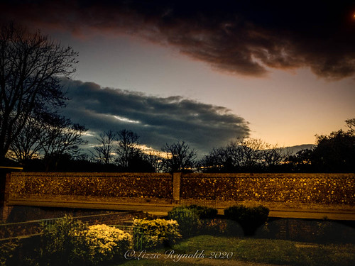 sundown sunset scenic greatyarmouth looking west clouds cloud flintwall garden
