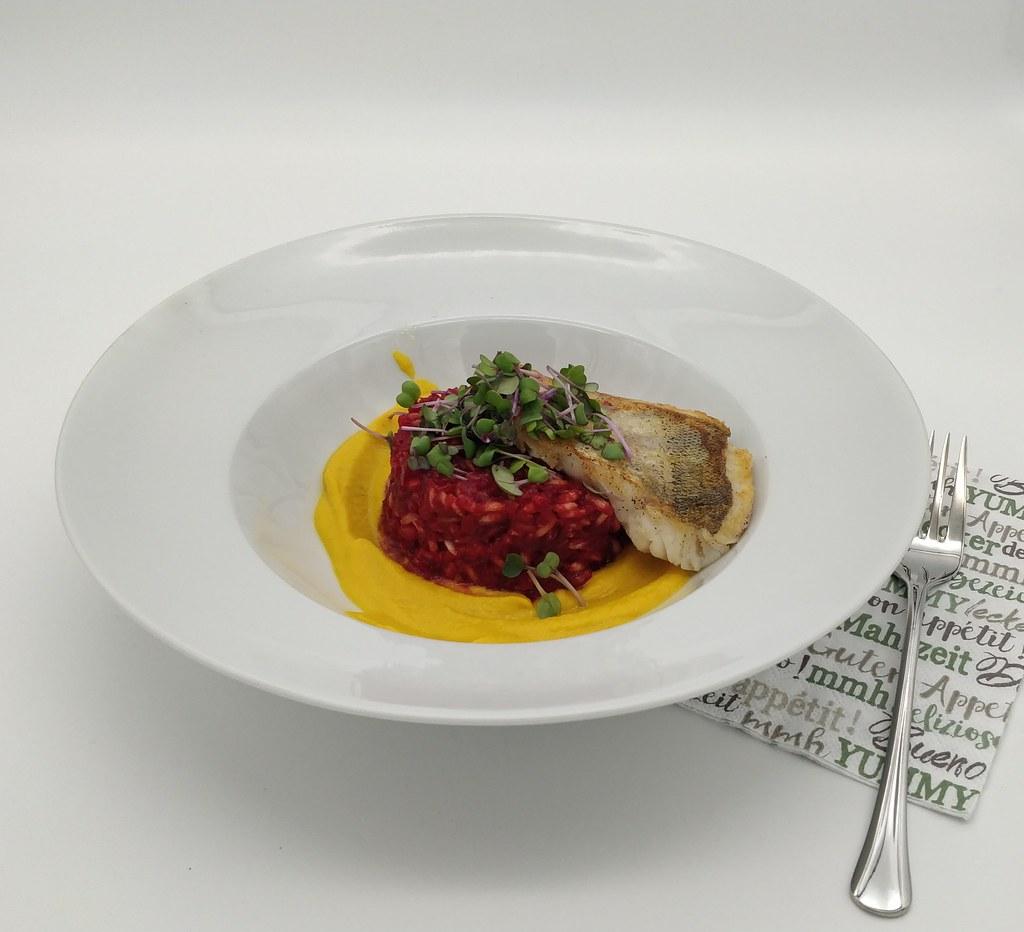 Rote-Rüben-Orzotto mit Karottencreme und Zander