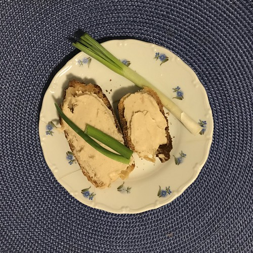 babkrémes kenyér zöldhagymával