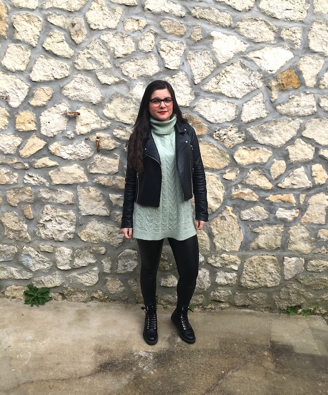 Look perfecto, pull en maille vert, legging simili et bottines à lacets