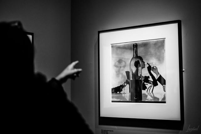 Le plus souvent, elle oubliait le nom des photographes, mais elle gardait en mémoire la plupart de leurs clichés.