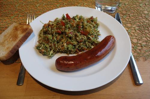 Broccoli-Apfel-Paprika-Salat zu Krakauer und Toast (mein Teller)